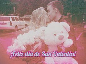 feliz dia de san valentin pareja con rosas y oso besandose