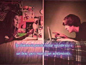 imagen de amor a distancia jóvenes en laptop