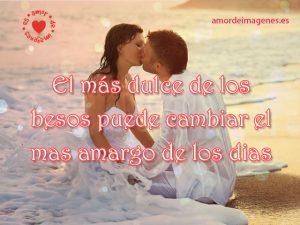 novios-de-blanco-besandonse-en-la-playa-frases-romanticas-de-parejas-en-la-playa