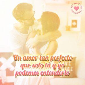 bonita pareja de esposo junto a frase de amor perfecto