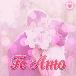 linda pareja con bouquet con frase te amo