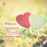 hermosos-corazones-enamorados-en-el-césped-con-lindo-mensaje-para-enamorar