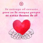 linda postal de amor con corazón rojo y frase
