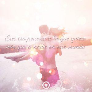 Imagen de pareja en la playa con frase de te quiero
